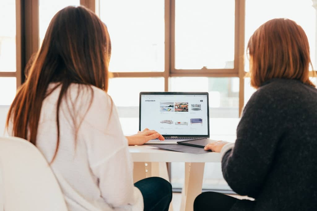 How to Start a Blog For Your Business | 2 women in front of computer | field1post.com