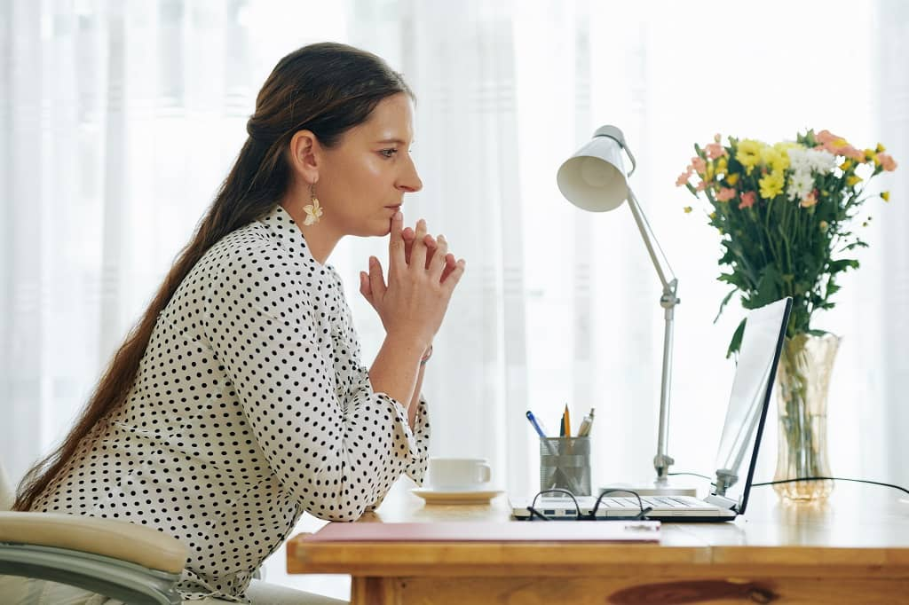 How To Start a Blog | Business Woman Reading E-Mail | field1post.com